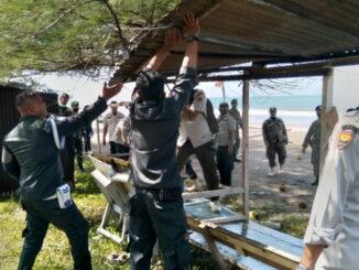 Penertiban lapak di obyek wisata Kota Pariaman.