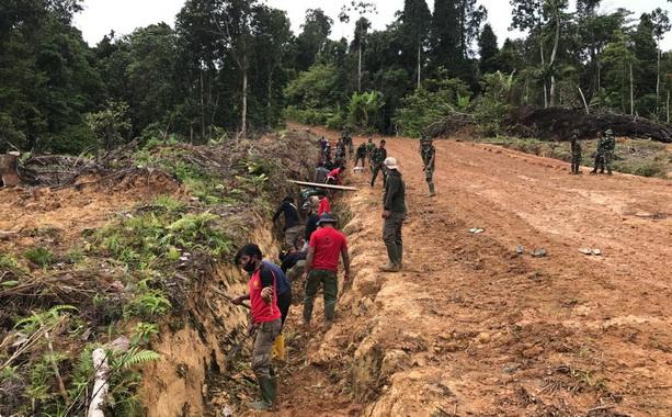 Pengerjaan proyek TMMD di Bukit Pamewa.