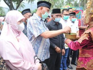 Penyambutan Gubernur Mahyeldi pada acara syukuran masyarakat Akabiluru.
