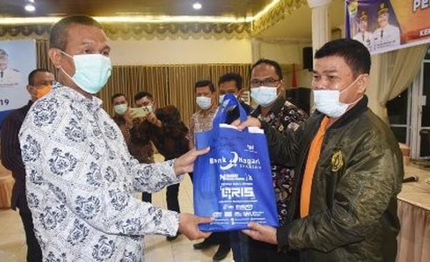 Penyerahan SPPT PBB P2 Tahun 2021 di balairung rumah dinas walikota Pariaman.