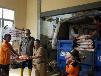 Penyerahan bantuan beras buat korban bajir di Tapan.