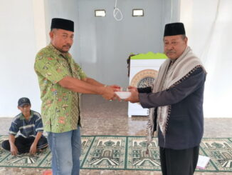 Penyerahan bantuan buku Qira'ah dari Pemdes Bontobaru.