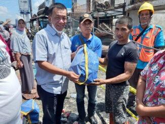 Penyerahan bantuan kepada korban kebakaran.
