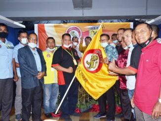 Penyerahan bendera Lemkari kepada Ketua Umum terpilih.