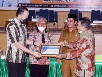 Penyerahan penghargaan oleh Ketua Yayasan Pembina UMMY kepada pamateri kuliah umum.