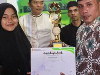 Plt Camat Syafruddin menyerahkan sertifikat kepada salah seorang pemenang MTQ Karang Taruna Ulakan Tapakis.