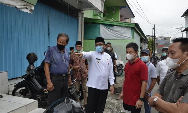 Plt Wako Hendri Septa saat meninjau diranse yang tak layak di Kampung Pondok.