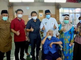 Plt Wako Padang Hendri Septa saat menghadiri vaksinasi Covid-19 di Kampung Pondok.