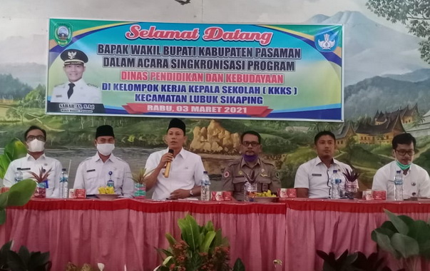 Sabar AS S.Ag saat menghadiri kegiatan kelompok Kerja Kepala Sekolah (K3S) Kecamatan Lubuk Sikaping.