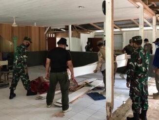 Satgas TMMD Mentawai saat membersikan mesjid.