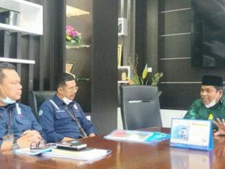 Bupati Suhatri Bur (kanan) minta penjelasan pimpinan PT Hutama Karya (HK) Cabang Sumbar (kiri) terkait polemik kelanjutan pembangunan jalan tol Seksi Padang-Sicincin.