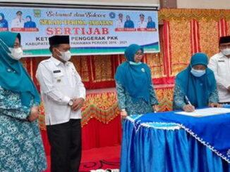 Wabup Rahmang menyaksikan Yusrita Suhatri Bur menandatangani berita acara Sertijab Ketua TP PKK Padang Pariaman.