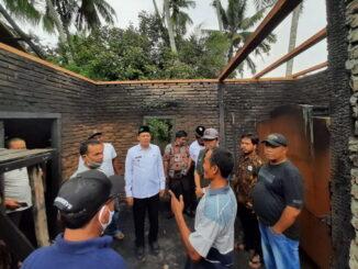 Wabub Sabar AS saat mengunjungi lokasi kebakaran.