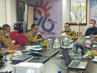 Wabup Limapuluh Kota bersama rombongan tengah berdiskusi dengan Manager dan staf Telkom Witel Sumbar.