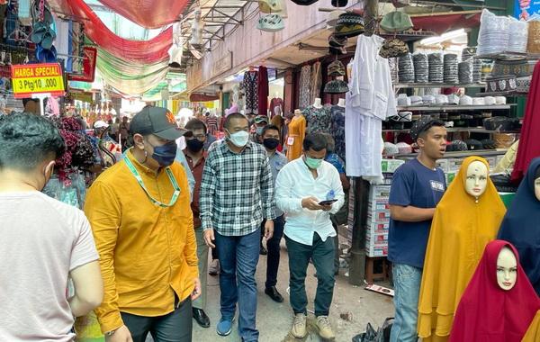 Wagub Audy Jionaldi saat menunjungi Blok F Pasar Tanah Abang.