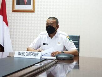 Wagub Audy Joinaldi saat mengikuti rakornas secara virtual.