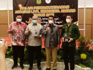Walikota Sawahlunto Deri Asta saat menerima penghargaan.