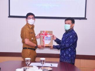 Walikota Sawahlunto menyerahkan LKPD 2020 kepada Pelaksana Harian (Plh) Kepala BPK Perwakilan Sumbar.