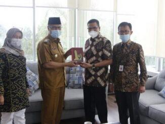 Wawako Bukittinggi menyerahkan plakat Kota Bukittinggi kepada wakil ketua Komnas HAM RI.