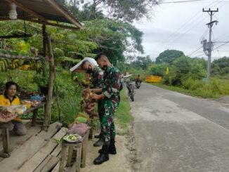 Anggota SSatgas TMMD Mentawai saat belanja di warung pedagang Tua Pejat.
