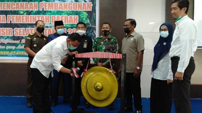 Bupati Rusma Yul Anwar saat meresmikan Musrenbang RKPD Pessel.