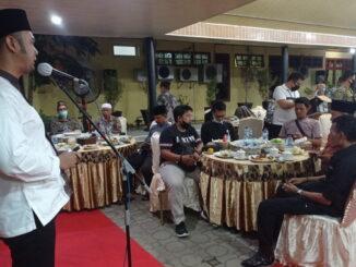 Bupati Sijunjung, Benny Dwifa Yuswir tengah memberikan sambutan saat berbuka puasa bersama wartawan.