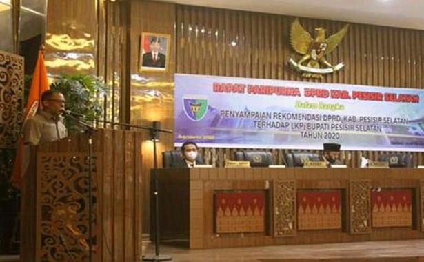 Wakil ketua DPRD Pessel, Aprial Habbas menyampaikan Rekomendasi terhadap LKPj bupati tahun 2020.