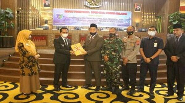 Ketua DPRD Pessel, Ermizen, S.Pd serahkan Rekomendasi LKPj bupati tahun 2020 kepadi Wakil Bupati Pessel Rudi Hariansyah.