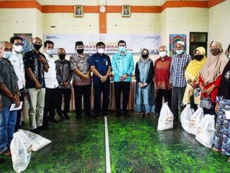 GM PT. Bukit Asam Tbk UPO dan Walikota Sawahlunto serta Sekretaris Daerah Foto Bersama Masyarakat Pra-Sejahtera.