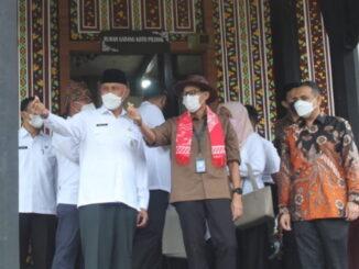 Gubernur Mahyeldi bersama Menparekrah Sandi Uno saat mengunjugi PDIKM Padang Panjang.