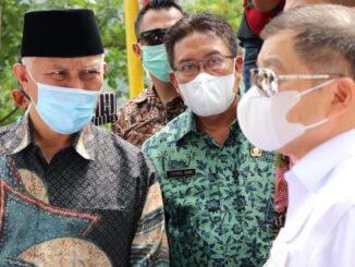 Gubernur Mahyeldi bersama Menteri PPN-Bappenas saat meninjau kawasan Sitinjau Laut.