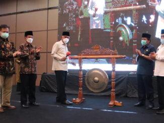 Gubernur Mahyeldi memukul gong tanda diresmikannya Musrenbang RKPD Sumbar.
