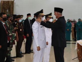 Gubernur Mahyeldi saat melantik Walikota Padang dan Pj. Bupati Solok.