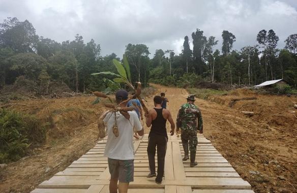 Jembatan kayu yang dibangin Tims Satgas TMMD ke 110 Mentawai.