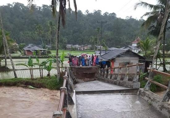 Jembatan yang rusak diterjang banjir di Kec. Simpati.