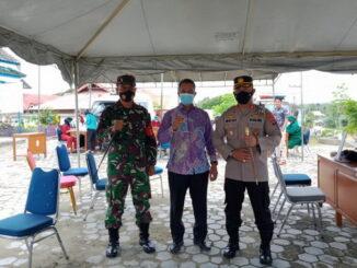 Kadiskes Mentawai bersama petugas pelayanan publik.