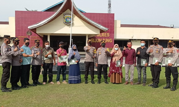 Kapolres Sijunjung, AKBP. Andry Kurniawan, S. Ik, M. Hum foto bersama dengan masyarakat yang menerima sertifikat prestasi.