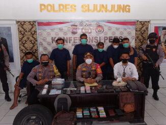 Kapolres Sijunjung, AKBP. Andry Kurniawan, S. Ik, M. Hum tengah membeberkan penangkapan kawanan perampok.