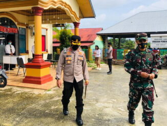 Kapolres dan Dandim 0319-Mentawai saat melakukan pengecekan keamanan.