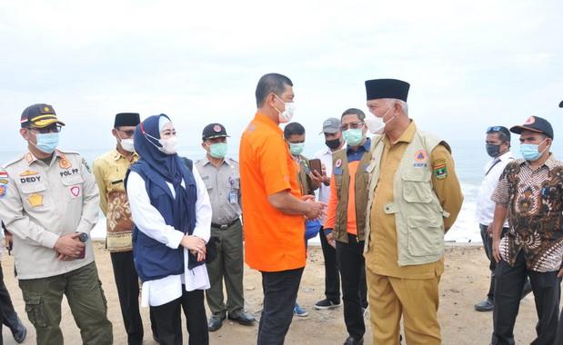 Kepala BNPB saat berdialog dengan Gubernur Mahyeldi.