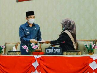 Ketua DPRD Eka Wahyu, SE menyerahkan Rekomendasi DPRD Kota Sawahlunto Terhadap LKPJ Kepala Daerah Tahun Anggaran 2020 kepada Walikota Sawahlunto Deri Asta, SH.