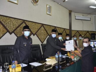 Ketua DPRD Kota Padang, Syafrial Kani terima Sk Pandangan Fraksi terkait Laporan LKPJ Walikota Padang TA 2020 dari Osman Ayun Fraksi PBN.