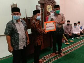 Ketua DPRD Sumbar Supardi Mmenyerahkan Bantuan Provinsi Sumatera Barat Untuk Mesjid Al Hikmah Kecamatan Nanggalo Padang