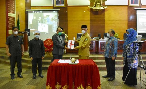 Ketua DPRD Sumbar Supardi menyrahkan Rekomendasi DPRD tentang LKPJ Kepala Daerah Tahun 2020 kepada Gubernur Sumbar Mahyeldi Ansharullah.