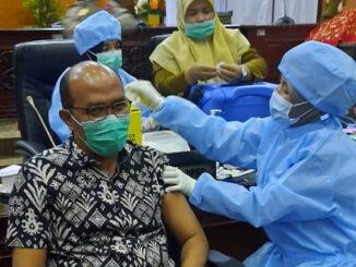 Ketua DPRD Sumbar Supardi saat melakukan Vaksinasi