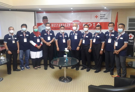 Ketua PMI Kota Padang periode 2021-2026, Zulhardi Z Latif beserta pengurus PMI Provinsi Sumatera Barat dan pengurus PMI Kota Padang.