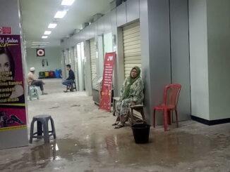 Lantai III Pasar Pariaman yang bocor.