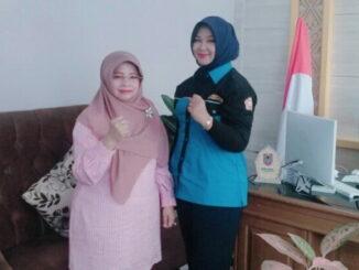 Linda Faroza bersama pengurus Karang Taruna Bhakti Muda.