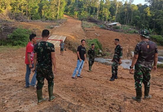 Peninjauan hasil TMMD Mentawai di Bukit Pamewa.