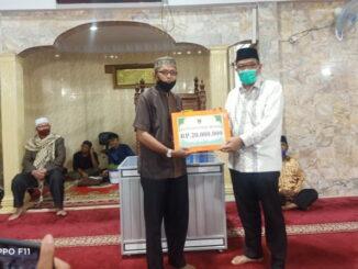 Penyerahan bantuan buat Masjid Mukhlisin Bukittinggi.